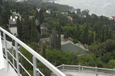 Гостиница Атрий, вид с балкона на Алупку