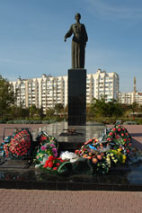 Евпатория. Вечный огонь у мемориала на Красной горке и фигура скорбящей матери
