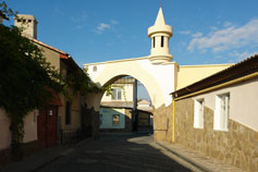 Евпатория. Арка на пересечении улиц Караимской и Тучина