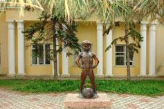 Евпатория. Скульптура Мальчик с гирей