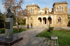 Евпатория. Памятник Льву Голицыну и радиоузел в бывшем доме действительного статского советника Постникова