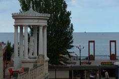 Феодосия. Вид на проспект Айвазовского и арку виллы Мелос