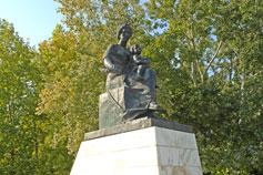 Феодосия памятник в парке