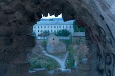Феодосия. Крепость Каффа. Вид через бойницу башни Климента VI на церковь Иоанна Богослова.