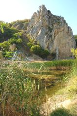 Крым, Краснокаменка, озеро у подножья Гелин-Кая - скалы эллинов