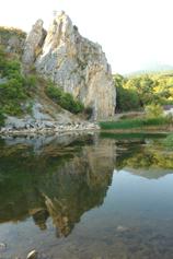 Крым, Краснокаменка, озеро у подножья Кизил-Таша - Красного камня