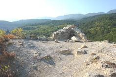 Крым, Краснокаменка, плато Кизил-Таша - Красного камня, развалины башни или греческой часовни