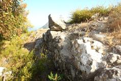 Крым, Краснокаменка, плато Кизил-Таша - Красного камня или Гелин-кая, останки стен церкви Рождества Богородицы