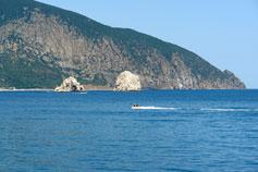 Фото Крыма. Вид с пляжа Гурзуфа на Медведь-гору и скалы-близнецы Адалары