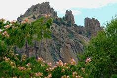 Горный массив Карагач скалы Король,  Королева, Свита, Трон, Карадаг
