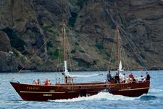 Яхта напротив  Сердоликовой бухты