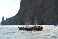 Яхта на рейде у скал Кара-Дага