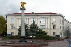 Керчь. Стела с золотым грифоном, символом города героя в честь 2600-летия Керчи на фоне Почтамта
