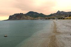 Вид с пляжа Коктебеля на горы Карадаг и Эчкидаг