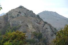 Курортное. Скола Партизан на фоне горы Ашламалык