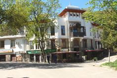 Крым. Ливадия. Дом в центре посёлка