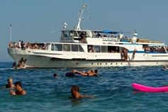 Крым лето море Мисхор пляж. Катер