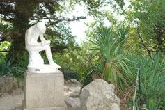 Скульптура мальчик с занозой.  ГНБС
