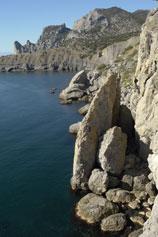 Берег Синей бухты в Новом Свете летом