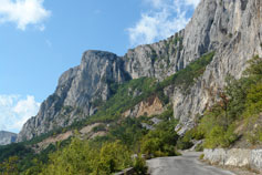 Крым, дорога у подножья  гор