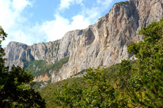 Отвесные скалы над Оливой