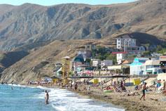 Пляж в Орджоникидзе. Вид на холм Тепе-Оба, Святая возвышенность