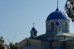 Город Саки. Свято-Ильинский храм и два военных вертолёта