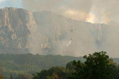 Алупка. Ай-Петри в дыму пожара август 2007.Вертолёт тушит пожар.