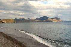 Вид на Карадаг с пляжа Солнечной Долины