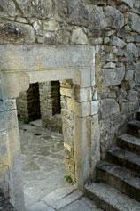 Вход во дворик с келиями с западной стороны церкви Сурб-Ншан монастыря Сурб-Хач