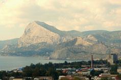 Вид на Судак со стороны горы Алчак