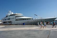 Яхта у причала Ялты