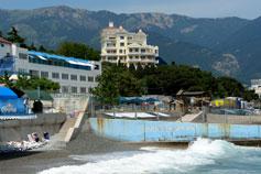 Вид с пляжа отеля Красотель-Левант на Ялту