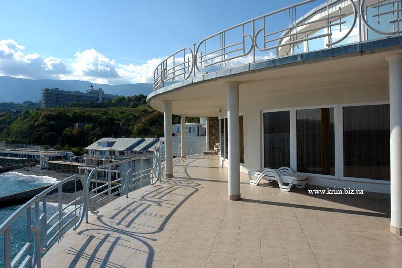 Яхт клуб вид с балкона на пляж и море