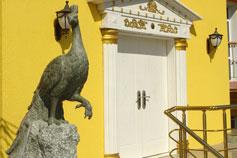 Ялтинский зоопарк Сказка. Скульптура павлина