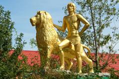 Ялтинский зоопарк Сказка. Скульптурная композиция юноши и льва
