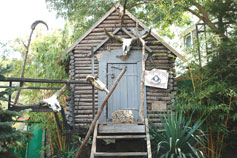 Ялтинский зоопарк Сказка. Стилизованная избушка бабы Яги